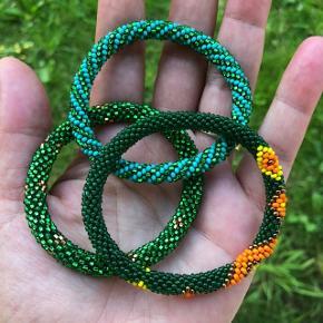 Fairtrade Roll on armbånd fra Nepal.   Der kan ikke bydes.   Armbåndene er ca. 18.20 cm, så de passer 'alle'. Mål dit håndled og bliv ikke forskrækket, hvis dit håndled er 18 cm, for armbåndene vil stadig passe, da de er let strækbare.   Forsendelse  Brev 5 stk. 10 kr. Quickbrev 29 DAO uanset antal 37 kr.