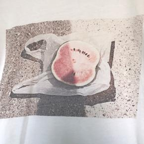 Lækker t-shirt med print fra gestuz. Skøn kvalitet. Størrelsen er størrelsessvarende!