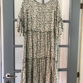 Blomstret kjole fra Moses ... brugt få gange.