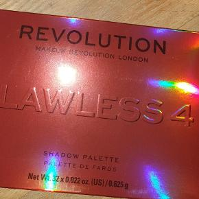 Revolutions Flawless 4 øjenskygge palette. 32 forskellige farve-nuancer. Aldrig brugt. Ikke lige for mig, derfor sælges den.
