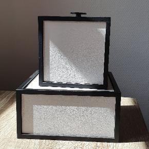 By Lassen frame i lysegrå. Str. 10x10x10 og 7x14x14 Begge er pæne som nye.