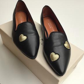 Skønne loafers med guld hjerter,- kun prøvet. Sender med DAO