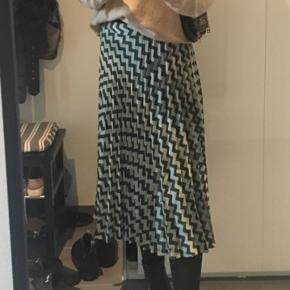 Flotteste nederdel fra Mango. Brugt meget få gange. Byd gerne:)
