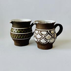 To skønne mælkekander fra Abbednæs Keramik. Højde: 10 cm Volumen: 2,25 dl