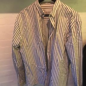 Le Deux skjorte med grå striber. Sender med DAO
