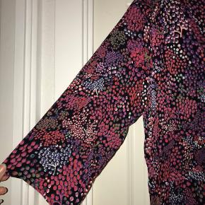 Skøn multifarvet viscose kjole med lommer i siderne. Som ny