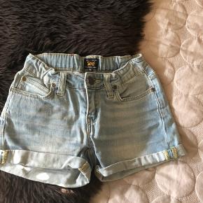 Hej ;) sælger Disse Lee shorts. De er i str 8 år (126cm)  Er åben for bud