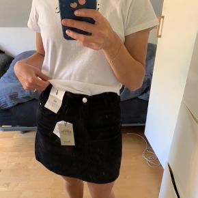 Fløjls nederdel sælges, da jeg ikke har fået den brugt.   Købt i London for et års tid siden, og er ikke blevet brugt, den har stadig tags.   En størrelse 34, men kan også passes af en størrelse 36.