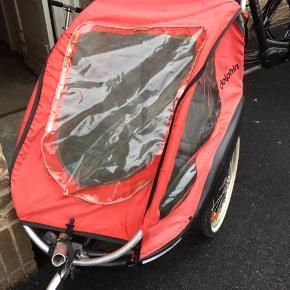 Cykelanhænger. Kan sættes bag på en cykel og også bruges til gåvogn. Stoffet er falmet. Pris 350 kr.