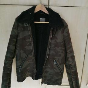 Varetype: Jakke Farve: Brun grøn Oprindelig købspris: 800 kr.  Flot Asos jakke som er i usædvanlig god kvalitet ift. andre Asos produkter. Meget robust og halv tung. Unik!