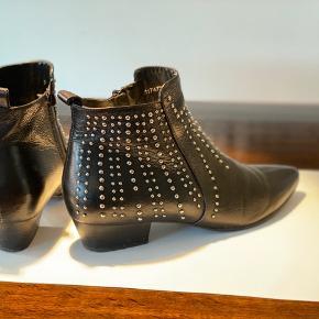 Super cool par ankelstøvler med fin hæl størrelse, haft på 8 gange. Sælges fordi de er for store og svupper.  Kom gerne forbi og prøv dem 😊 Forsendelse m DAO som betales af køber.
