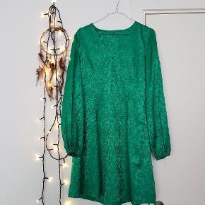 Sindssyg smuk vintage kjole i den fineste kvalitet. Helt speciel 😍 der er lynlås i siden. Har sat en pris men bud er velkomne. Den er købt for ca 600 kr i en vintage butik i New york