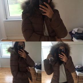 Beige, camel jakke med ægte pels   Materiale: Polyester