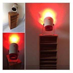 Red light ♦️♦️♦️Sjælden vintage infrarød lampe giver varme til ømme led og muskler eller hyggeligt lys. Designet af Charlotte Perriand og produceret af Philips i 60'erne. 175kr. 📌🎈