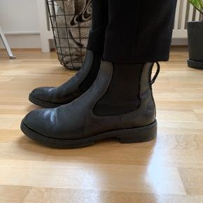 Klassiske sorte kalvesskindsstøvler fra OCS (Openclosedshoes) sælges. Mærket er italiensk, og støvlerne er derfor i super kvalitet - både udseendes- og komfortmæssigt. De bærer ingen tegn er slid, og har været i brug få gange. Nypris var 2800,- købt i BA10 i Århus. Hvis varen skal sendes, betaler køber fragten.