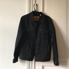 🎀Så flot sort Levi's jakke, som jeg sælger for en veninde! Den er stort set ikke brugt og er derfor i flot stand🙈 Du er velkommen til at byde☀️