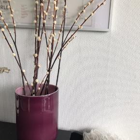 Stor lilla glasvase sælges billigt.