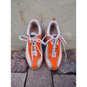 Sneakers fra Fubu. Størrelsessvarende. God stand!   Nypris: 1135 hos Zalando. Polyester  ❕annonce slettes når varen er solgt!  🤍 Jeg giver gratis fragt ved køb af to eller flere varer, så længe den samlede pris er på 100kr eller derover!