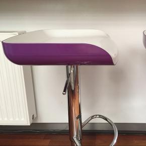 2 barstole med hæve/sænkefunktion og lilla kant