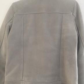 Calvin Klein skindjakke lysgrå str S. Brugt 1-2 gange. Nypris 2499,-kr