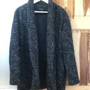 Oversize, åben uldfrakke fra Wackerhaus i str. 36. Frakken er oversize med lommer og uden knapper. Perfekt til efterårsdage eller koldere vinterdage med en strik indenunder.