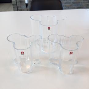 Iittala Alvar Aalto vaser i klart glas. Sæt med 1 stor på 12  cm og 2 små på 9,5 cm i højden. Der er for over 1.000 kr. i nypris. Aldrig brugt.