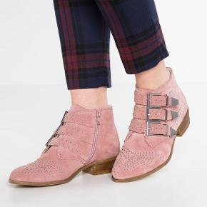 Fine Bronx biker støvler med nitter. Den lyserøde farve giver de rå nitter et feminint touch. Standen er mellem næsten som ny og god men brugt. Sender gerne fotos af mine egne.