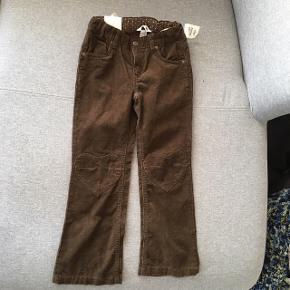 Fine fløjlsbukser med hjerter på knæene aldrig brugt. pris 79,75   Køber betaler Porto. Giv et bud   Totallængde 75 indvendig benlængde 54 cm.