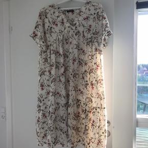 Super fin kjole! Den er str. small, men passer alt mellem xs og m, alt efter hvor løst man vil have den til at sidde.  Skal ikke stryges og behøver ikke skønsomt vask.  Køb via DAO og den kan blive din!