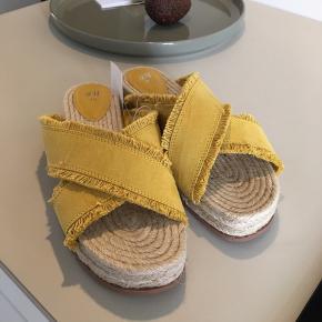 Nye sandaler fra H&m  Alm. Str. 40.   100 kr.  Sendes med Dao på købers regning (38kr)  Eller hentes på min adresse