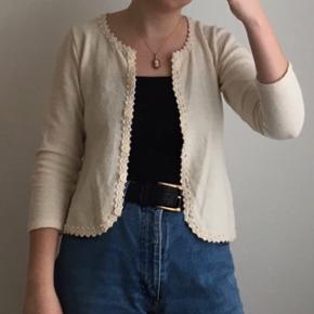 Fin hvid vintage cardigan med blondekant. Den er i god stand. Passes af en størrelse XS og S.