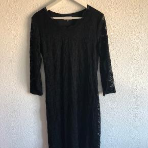 Sort langærmet blondekjole med gennemsigtig blonde i ærmerne. Klassisk og stilet kjole, som jeg selv kun har brugt et par gange.