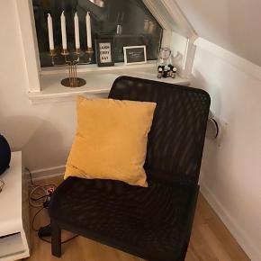 Sort lænestol med træstel og sort stof. Fejler ingenting, har bare ikke plads til den længere.