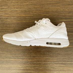 Lækker Nike Air Max NIKEID str. uk11/us12. Begge sko har skade ved hæl( se foto)