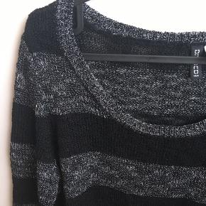 Brystvidden: 96cm  Dejlig sweater fra H&M i sort og mørkegrå🌸 Sweateren har ingen tegn på slid eller skader🌸 77% Acrylic 23% polyester