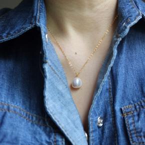 Smuk halskæde med ferskvandsperle. Har aldrig været brugt. Super smuk på halsen, nem at style til både hverdag og fest.  Kan sendes som pakke pp.
