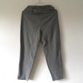 Grå Only bukser i str. 36 m. bindebånd. De er petit, så de er lidt kortere i benlængden.