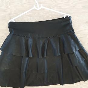Den fineste nederdel i en rigtig god kvalitet - fæle skind. Jeg bytter ikke.