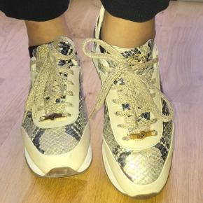 Min kæreste sælger sine sneakers fra Buch Copenhagen, som knap nok er brugt. Byd hvis de har vakt din interesse.  - NP: 3500,-