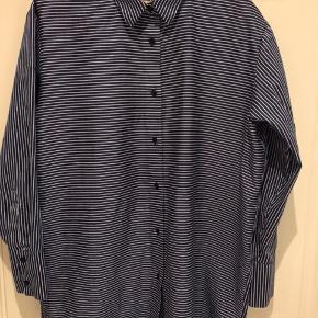 Super lækker og blød Nørregaard skjorte.  Jeg har købt den brugt, men syntes den er for stor.  Den er en xs, men passer S lille M alt efter hvor oversize man er til.