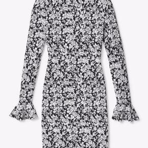 Super fin sort og hvid blomstret kjole fra Michael Kors i strik!  Nypris: 1400,- Stand: Som ny (brugt få gange)  Pris er ikke fast :)