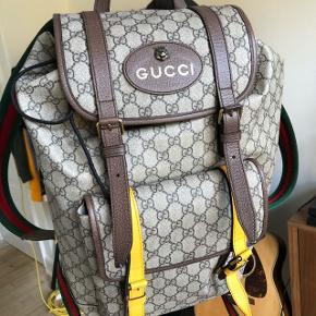 Gucci taske købt hos Gucci i Montréal, Canada da jeg boede der. Har brugt den maks 5 gange.  Har silkepose, plastikpose dertilhørende online kvittering.  Jeg er virkelig large at snakke med angående pris, selvom jeg desværre selv har betalt mange mange penge for den. Så nu har du chancen!  Smid en besked angående pris, billeder osv!
