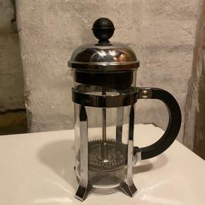 Lille stempelkande fra Bodum. Kan lave to små kopper kaffe. Kan afhentes på Vesterbro eller sendes på eget ansvar