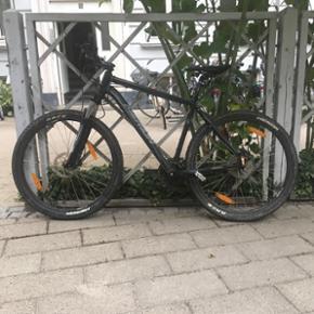 """Mountainbike købt for et år siden, har været brugt ca 10 gange. Har været vasket efter hver tur og stået indenfor. Rigtig fin stand, nypris 5000kr 20"""" 50cm"""