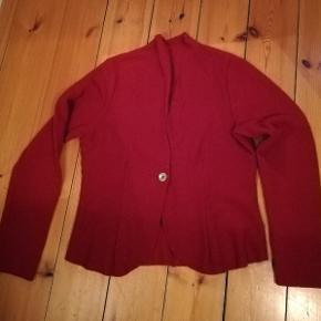Hjemmesyede jakker /cardigans. Syet i uldboucle (med lidt polyester) og let stræk. Fine kropsnære modeller med slankende effekt. Den røde er dyb vinterrød. Den sorte har fine multifarvede knapper og opretstående krave. Mål (den sorte) : .Bryst: 55x2, Hofte: 58x2, Længde: 90, Inderste ærmelængde: 45. Den røde 100 kr. Den sorte 150 kr.