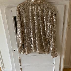 Paillet bluse fra H&M. Brugt og vasket en gange.  Str. S/M. Men er oversize så passer også M/L.
