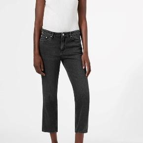 Brugt ganske lidt, model Ami Black Stone, nypris 400, str. 26 - sortgrå  Model spec.: a cropped comfort fit with a medium waist, fitted seat and loose thighs. They are slightly tapered from mid thigh and down. This pair comes in a softly washed black.