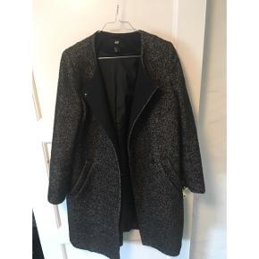 Jakke i grå og sort fra h&m, passer alt fra 36-42 vil jeg tro.   Jeg har brugt den som oversize jakke til forår og efterår. ☺️
