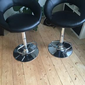 Købt i jysk, nypris 549 kr pr. Stk  Barstole i imiteret læder. Fungerer upåklageligt, den ene stol mangler dog plastiktingen for enden af den pind man bruger til at køre og op ned 🌸