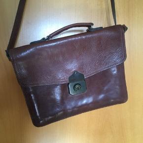 Lækker brun vintage taske fra burkelys leatherhouse. Tasken er rigtig fin og velholdt. Den har tre rum. Mål: 28*21*8 cm. Stroppen er jursterbar